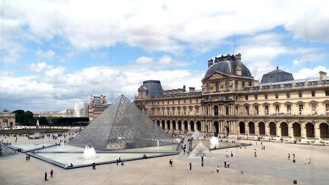 Стъклената пирамида на Лувъра навърши 30 години